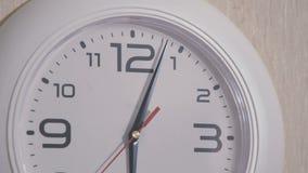 La seconda mano dell'orologio si muove in un cerchio video d archivio