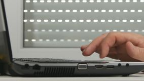 La secousse de mains d'homme nerveuse passent en revue la connexion sans fil de accès d'ordinateur portable d'Internet banque de vidéos