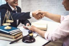 La secousse masculine d'homme et d'homme d'affaires d'avocat remet la table après la discussion d'un accord contractuel juge et l photos libres de droits