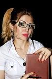 La secrétaire de fille dans le bureau pendant la pensée d'heures de travail résolvent Photo stock