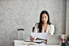 La secretaria o el personal o el contable En su escritorio imágenes de archivo libres de regalías