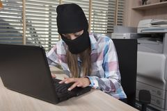 La secretaria roba datos corporativos confidenciales Imágenes de archivo libres de regalías