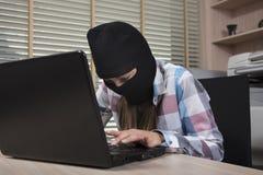 La secretaria roba datos de empresa confidenciales Imagen de archivo libre de regalías
