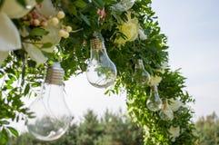 La secuencia al aire libre decorativa enciende la ejecución en árbol en el jardín Decoración de la bombilla en partido al aire li foto de archivo libre de regalías