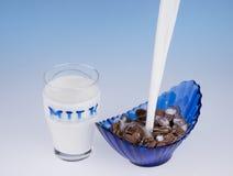 La secuencia de la leche que vierte en el chocolate forma escamas. Foto de archivo libre de regalías