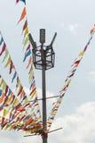 La secuencia del banderín con colores SE SOSTIENE A UN POSTE LIGERO en Medellin macro foto de archivo libre de regalías