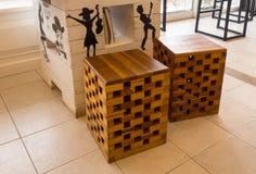 La sedia è fatta di piccoli pezzi di legno sulla tavola in caffetterie Fotografia Stock Libera da Diritti