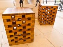 La sedia è fatta di piccoli pezzi di legno sulla tavola in caffetterie Immagine Stock