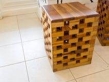 La sedia è fatta di piccoli pezzi di legno sulla tavola in caffetterie Immagine Stock Libera da Diritti