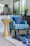 La sedia blu di stile classico con la tazza di tè ha messo sulla tavola gialla Immagini Stock Libere da Diritti