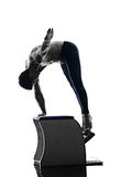 La sedia dei pilates dell'uomo esercita la forma fisica isolata Fotografie Stock