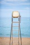 La sedia del bagnino sulla spiaggia Immagini Stock Libere da Diritti