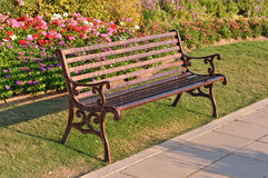 La sedia di giardino alla luce di sera fotografia stock