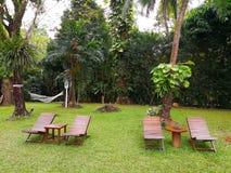 La sedia di legno quattro, una tavola di legno rettangolare e circolare sono Fotografia Stock Libera da Diritti