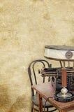 La sedia di scrittorio della macchina da scrivere della lampada da tavolo sulla vecchia annata ha strutturato il fondo di carta Fotografia Stock Libera da Diritti