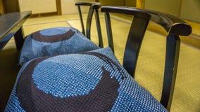 La sedia giapponese tradizionale ha chiamato Zaisu in una stanza di tatami Immagini Stock