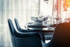 La sedia pranzante piacevole alta chiusa con la tavola ed il piatto di legno mette il inte Fotografia Stock Libera da Diritti