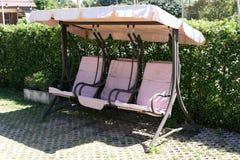 La sedia rosa dell'oscillazione Fotografia Stock