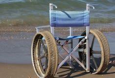 La sedia a rotelle con acciaio inossidabile spinge per entrare dentro al mare Fotografia Stock Libera da Diritti