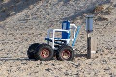 La sedia a rotelle ha progettato specificamente per uso sulla spiaggia del mare Fotografia Stock Libera da Diritti