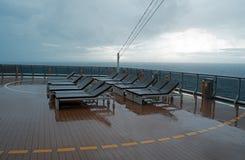 La sedia sulla piattaforma di una nave da crociera fotografie stock libere da diritti