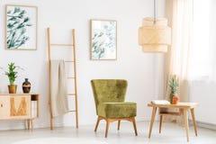 La sedia verde si rilassa la stanza immagine stock