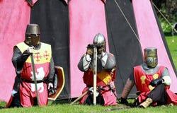 la seduta del cavaliere medievale davanti ad una tenda Fotografia Stock