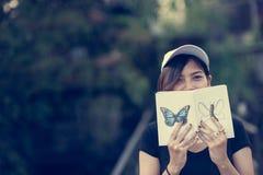 La seduta dell'adolescente della donna gode del libro di lettura Fotografia Stock Libera da Diritti
