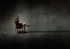 La seduta della donna di affari e scrive fotografie stock
