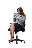 La seduta della donna di affari isolata su fondo bianco Fotografia Stock