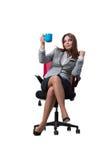 La seduta della donna di affari isolata su fondo bianco Immagine Stock
