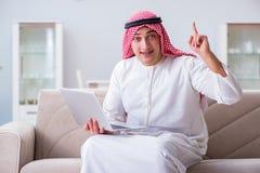 La seduta di lavoro dell'uomo d'affari arabo allo strato Fotografia Stock Libera da Diritti
