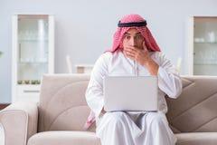 La seduta di lavoro dell'uomo d'affari arabo allo strato Fotografie Stock Libere da Diritti