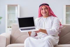 La seduta di lavoro dell'uomo d'affari arabo allo strato Immagine Stock Libera da Diritti