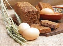 La segale del pane ha tagliato con le fette e le uova immagini stock libere da diritti