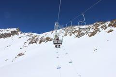 La seggiovia dello sci porta la gente alla cima della montagna Fotografie Stock