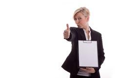 La segretaria con un blocchetto per appunti alza il pollice Fotografia Stock Libera da Diritti