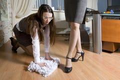 La segretaria lava il pavimento fotografia stock