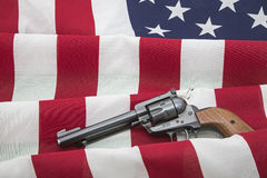 La segunda enmienda endereza la bandera de los E.E.U.U. del revólver Foto de archivo
