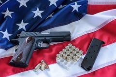 La segunda enmienda y control de armas en los E.E.U.U., concepto Una arma de mano, una revista, balas, y la constitución american fotos de archivo