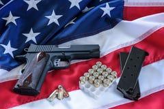 La segunda enmienda y control de armas en los E.E.U.U., concepto Una arma de mano, revistas, balas, y la constitución americana e foto de archivo