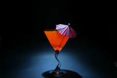 la segunda vez 5 traslapa la exposición del bulbo del aka del líquido anaranjado en un vidrio de martini Imagen de archivo libre de regalías