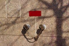 La seguridad contra incendios instala tubos en la pared del granito y la placa roja Imágenes de archivo libres de regalías