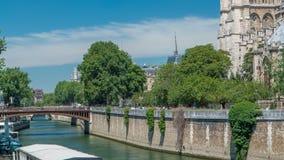 La Seine avec le doubles pont et timelapse de Notre Dame de Paris est celle des symboles les plus célèbres de Paris banque de vidéos