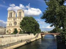 La Seine et Notre Dame Cathedral image libre de droits