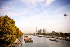 La Seine et vieux bâtiments à Paris Photos stock