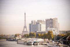 La Seine et vieux bâtiments et Tour Eiffel à Paris Photos libres de droits