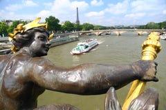 La Seine et visite Eiffel de pont d'Alexandre III Image stock