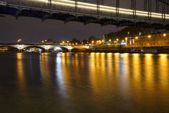 La Seine la nuit image stock