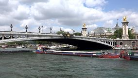 La Seine Paris, bateaux de touristes de personnes voyageant dans le coucher du soleil, cargos banque de vidéos